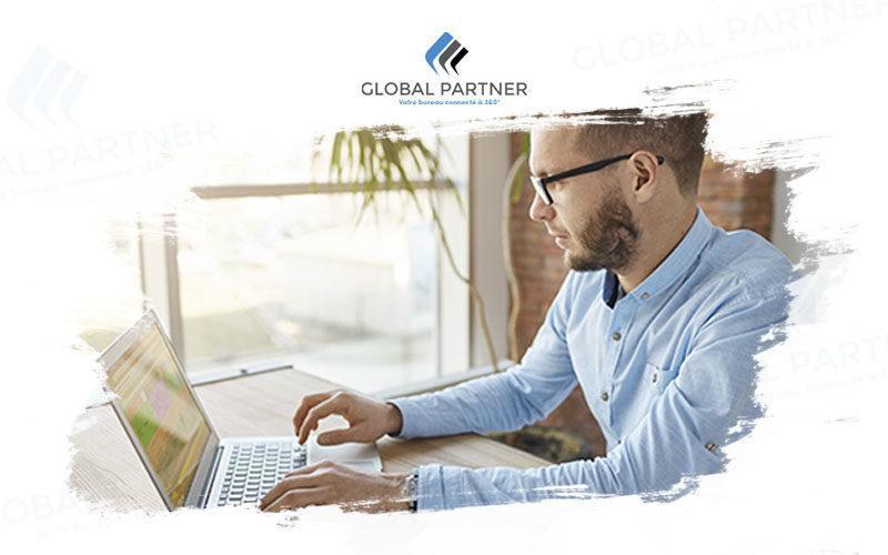 Photo d'un homme sur son ordinateur