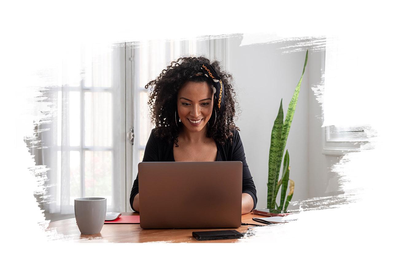 Photo d'une femme qui optimise sont espace de travail