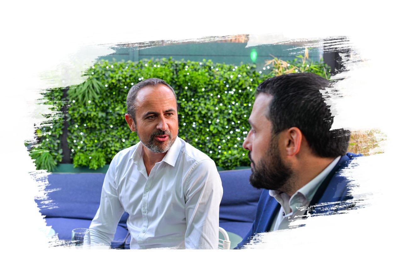 Photo d'hommes qui discutent des valeurs de global Partner