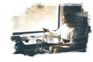 Photo d'une femme dans un train qui est sur son ordinateur