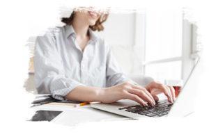 Photo personne qui tape sur un clavier d'ordinateur