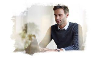 Photo d'un homme qui tape sur sont clavier d'ordinateur