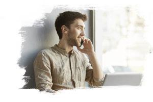 Employé Global Partner au téléphone