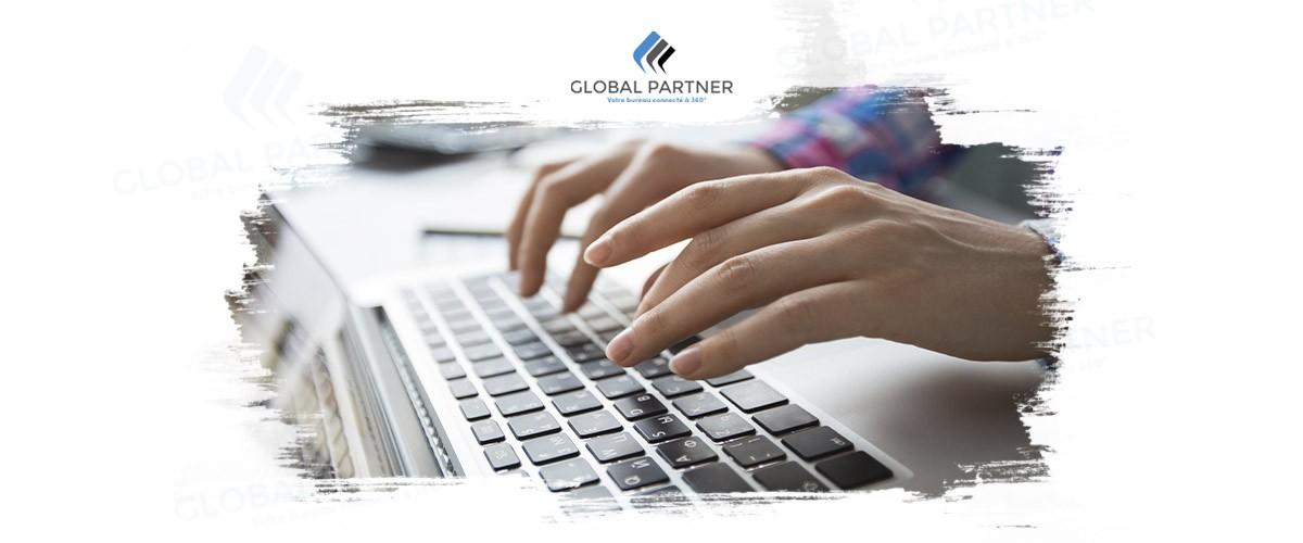 Photo d'une personne qui tape sur un clavier d'ordinateur